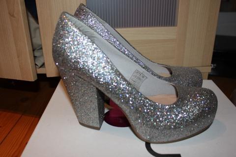 79363186 Har du sett noen utrolig lekre høyhælte sko? - Foreldreportalen