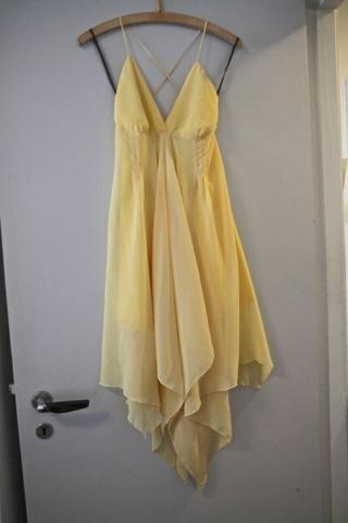 lys gul chiffon kjole åpen rygg