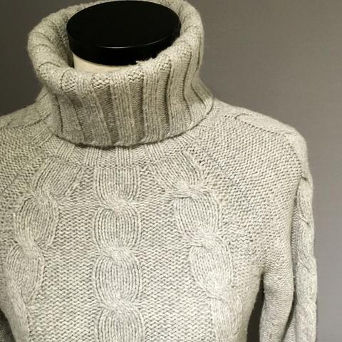 d7218ac1 Flott høyhalset genser laget av lamme ull fra GAP - Bloppis