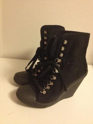 6fefffbd Svarte sko med kilehæl - Bloppis
