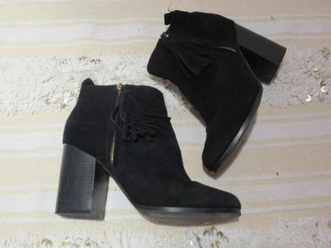 68a83bcd Semskede svarte boots med frynsedetalj fra Bianco - Bloppis